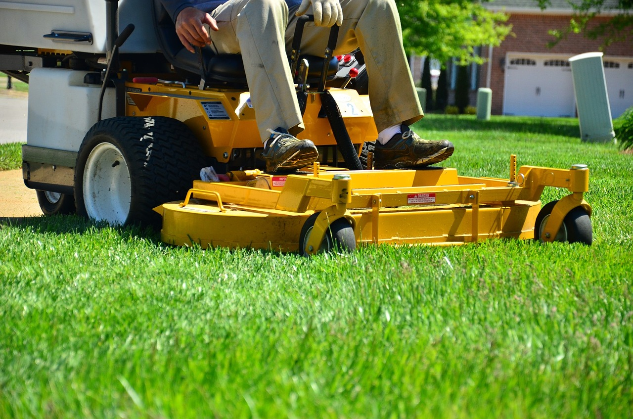The Do's and Don'ts of Mowing Your Lawn